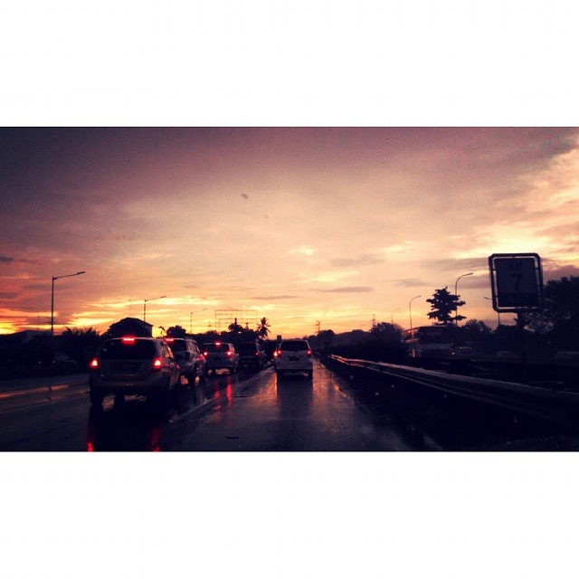 everybody needs to go #home.  #jakarta #indonesia #sunset #expressway #spekology #travelstoke